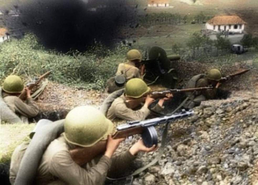 Tropas soviéticas defendiendo una aldea del Cáucaso.