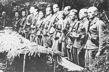 Fotografía tomada en un bosque de Galitzia de un grupo del Ejército Insurgente Ucraniano listo para el combate.