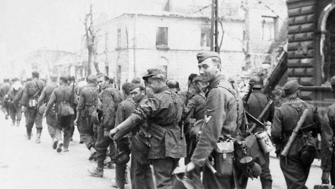 Soldados de la 36ª División SS de Granaderos Dirlewanger entrando en una ciudad que sufrirá las consecuencias de la visita.