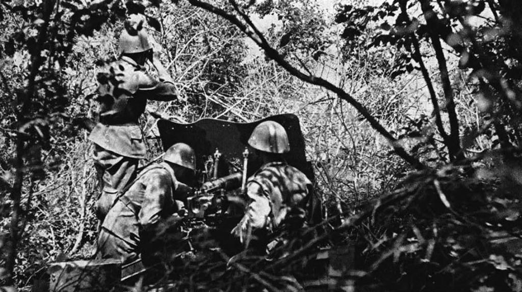 Tropas de la División Rápida Eslovaca en un bosque del Cáucaso.