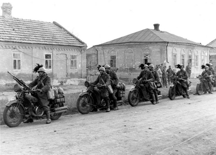 Tropas motorizadas italianas en Rusia.
