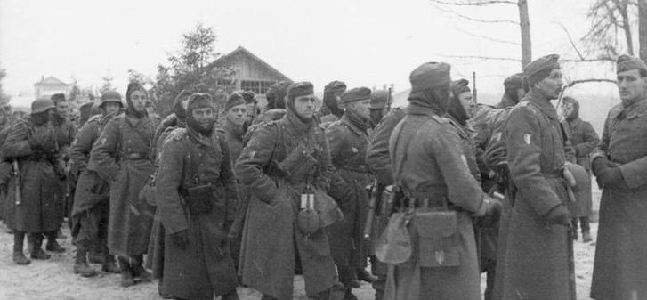 Soldados vichystas franceses de la Legión de Voluntarios Francesa (LVF) avanzando hacia Moscú.