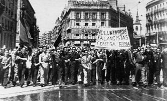 """Manifestaciones eufóricas de Falange en España ante la """"Operación Barbarroja"""". En la imagen voluntarios en la Puerta del Sol de Madrid izan pancartas que rezan """"falangistas contra Rusia""""."""
