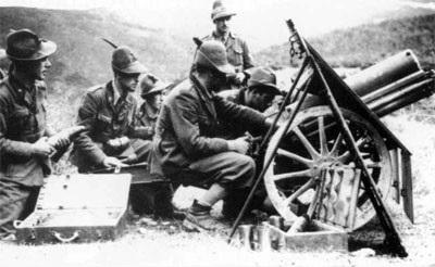 """""""Alpini"""" italianos de la 4ª División de Montaña """"Livorno"""" con una pieza de artillería en Sicilia."""