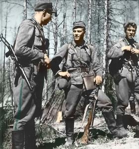 Lauri Törni (centro) con dos compañeros del Ejército Finlandés durante la Guerra de Continuación.
