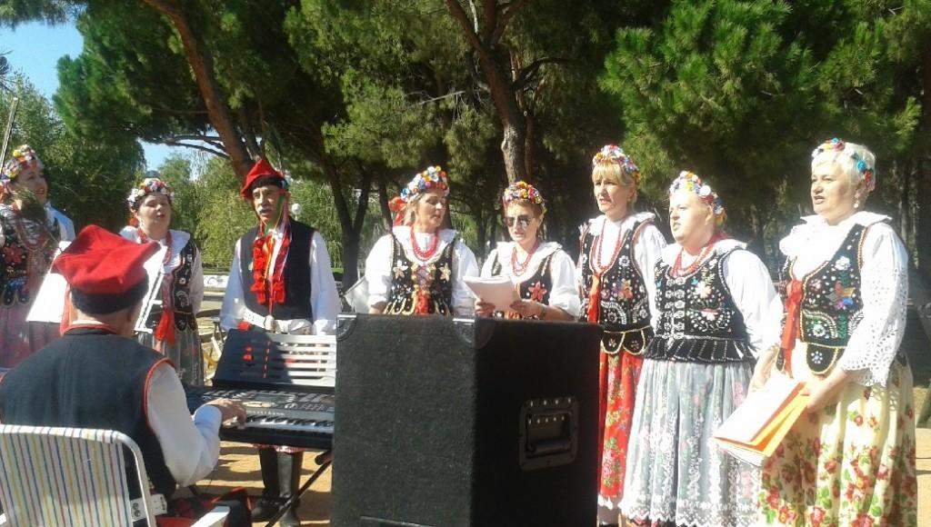 Mujeres polacas residentes en España con vestidos tradicionales cantando canciones de la época.