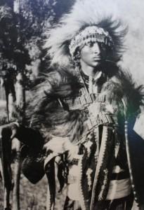 """Príncipe """"Ras"""" Tafari Makonnen con atuendos de guerrero africano."""