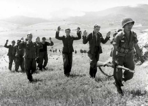 Soldado japonés del 442º Regimiento de Combate Americano-Japonés escolta a unos prisioneros alemanes capturados en Italia.