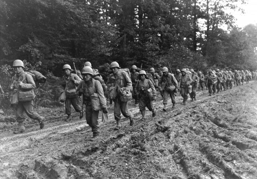 Soldados japoneses del 442º Regimiento de Combate Americano-Japonés en la campaña de los Vosgos.