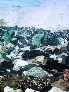 Soldados alemanes rebuscando en los cadáveres de las víctimas de Babi-Yar.