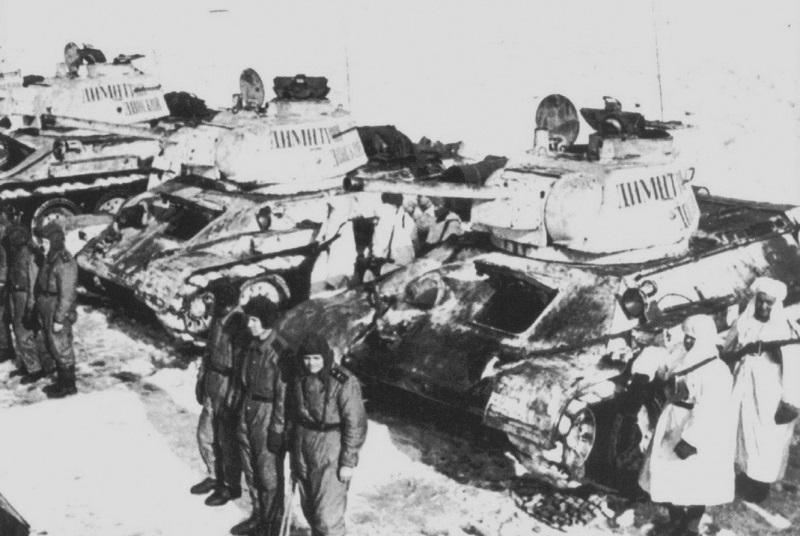 """Tanques T-34 y sus carristas cristianos de la Unidad Blindada """"Dmitry"""