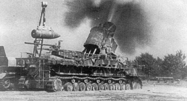 """Karl """"Ziu"""" disparando durante el Levantamiento de Varsovia en el verano de 1944."""