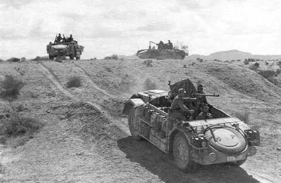 Coches todoterreno italianos Fiat AS-42 de las Compañías Motorizadas Saharianas en Libia.