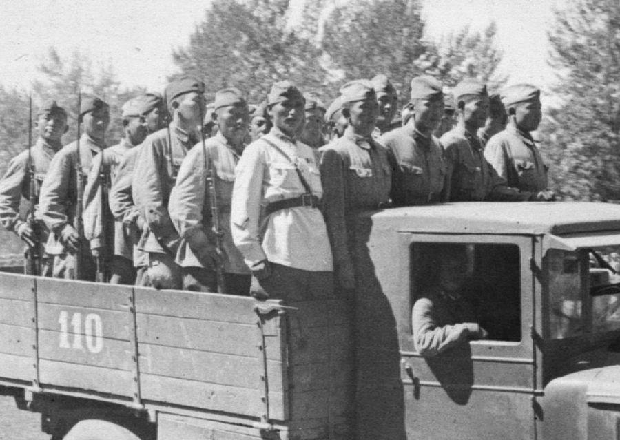 Soldados del Ejército Revolucionario Popular Tuvano a bordo de un camión en el Frente Oriental.