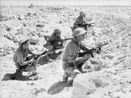 Soldados australianos de la 9ª División de Infantería en Tobruk equipados con Thompson.