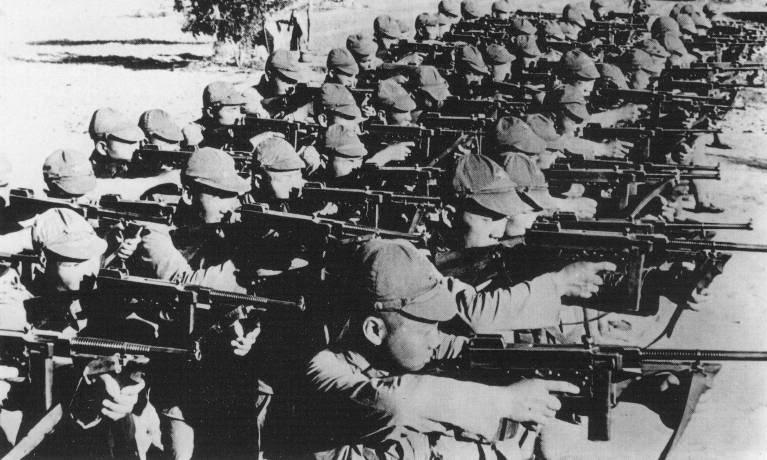 Batallón de tropas chinas con Thompson del Partido Comunista durante la Segunda Guerra Sino-Japonesa al norte de China.