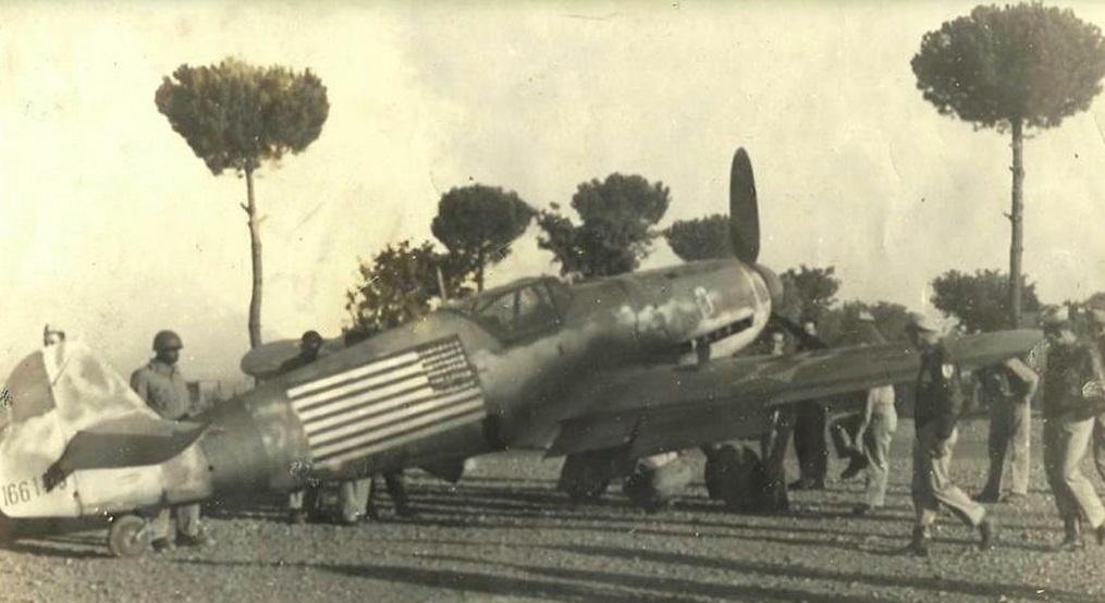Caza Messerschmitt Bf 109 de Constantin Cantacuzino confiscado por las tropas estadounidenses en Italia y repintado con la bandera norteamericana.