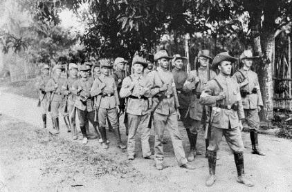 Fotografía de reservistas del Ejército Alemán antes de la Batalla de Bita Paka en el verano de 1914. Uno de los fusiles de esta imagen es el que capturó el comandante Cumberlece, quién luego vendría a España con su botín.