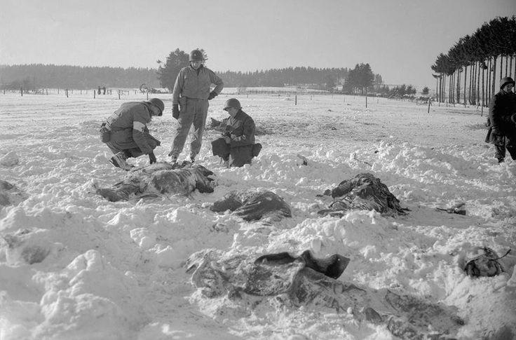 Cadáveres de soldados norteamericanos encontrados por sus compañeros tras ser asesinados por las Waffen-SS en la Masacre de Málmedy.