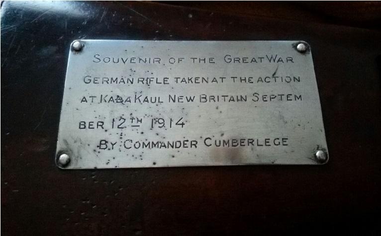 "Placa del fusil ""Mauser"" que indica la fecha de su captura."